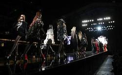 <p>Imagen de archivo de un desfile japonés, modelando las creaciones de la colección Pimavera/Verano de Dresscamp, en Tokio. Marzo 23 2008. REUTERS/Yuriko Nakao/ARCHIVO</p>