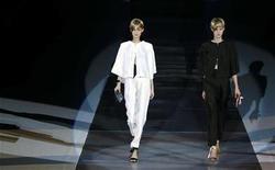 """<p>Imagen de archivo de modelos luciendo los diseños de Emporio Armani Otoño/Invierno 2010, durante la semana de la moda en Milán. Feb 26 2010. Con videos de desfiles, fotografías de exitosas modelos y un catálogo de productos 'chic', las marcas de lujo están creando """"espejos digitales"""" online mientras se dirigen a internet para aprovecharse de la creciente demanda del comercio en la red. REUTERS/Max Rossi/ARCHIVO</p>"""
