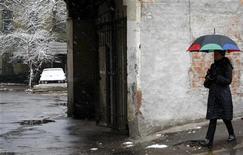 <p>Женщина под зонтом идет по одной из московских улиц, 17 ноября 2007 года. Жителей Москвы и области ожидает пасмурная погода в предстоящие выходные, сообщает Гидрометцентр России на своем сайте (www.meteoinfo.ru). REUTERS/Denis Sinyakov</p>