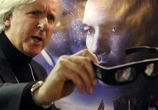 <p>O diretor James Cameron mostra óculos 3D durante divulgação de seu filme Avatar no Fórum Econômico Mundial em Davos. Filmes em 3D abriram um novo capítulo para o setor de projetores cinematográficos. 28/01/2010 REUTERS/Christian Hartmann</p>
