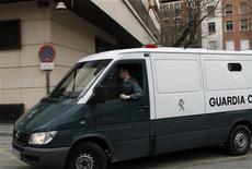 <p>Автомобиль испанской полиции у здания суда в Мадриде 5 марта 2010 года. Сотрудники полиции шести европейских государств арестовали 60 членов грузинской организованной преступной группировки, подозреваемых в контрабанде наркотиков и отмывании денег, сообщили представители одного из судов Испании в понедельник. REUTERS/Susana Vera</p>