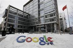 <p>Foto de archivo de un hombre frente a la sede de Google China en Pekín, mar 15 2010. El gigante de internet Google debería obedecer las normas del Gobierno chino incluso si decide retirarse del país por quejas de piratería y censura, dijo el martes un portavoz del Gobierno de Pekín. REUTERS/Jason Lee</p>