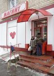 """<p>Посетители входят в супермаркет сети Магнит в Москве 25 февраля 2010 года. Инвестиционно-девелоперская компания ООО Инвест-Строй, принадлежащая крупнейшему акционеру розничной сети Магнит Сергею Галицкому, построит в Краснодаре жилой комплекс, школу, стадион, и центр подготовки резерва для футбольного клуба """"Краснодар"""" общей стоимостью 14,2 миллиарда рублей, сообщила Рейтер сотрудник министерства экономического развития города Краснодара Людмила Павлова. REUTERS/Sergei Karpukhin</p>"""