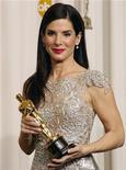 """<p>Atriz Sandra Bullock segura Oscar de melhor atriz pelo filme """"Um Sonho Possível"""" em Hollywood. A atriz cancelou sua participação na estreia do filme em Londres em meio a rumores de suposta traição de seu marido. 07/03/2010 REUTERS/Lucy Nicholson</p>"""