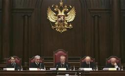 <p>Судьи на заседании Российского конституционного суда в Санкт-Петербурге 19 ноября 2009 года. В Нижнем Новгороде 43-летний мужчина предстанет перед судом за то, что в прошлом году более 1.200 раз оскорбил судью по телефону. REUTERS/Stringer</p>