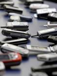 <p>Cellulari esposti al 3GSM World Congress di Barcelona nel 2006. REUTERS/Albert Gea</p>