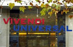 <p>Parigi, logo di Vivendi e Universal sull'ingresso del quartier generale della società. Foto d'archivio.</p>