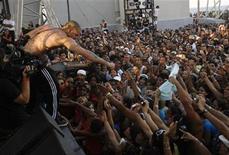 """<p>El cantante del grupo Calle 13, René Pérez, en una presentación en La Habana. Mar 23 2010. El grupo puertorriqueño de hip-hop y reggaeton Calle 13 sacudió el martes La Habana, donde reunió a unos 70.000 cubanos en un inusual concierto que buscó mostrar que Cuba """"está viva"""". REUTERS/Stringer</p>"""