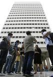 <p>Служащие вышли из бизнес-центра после землетрясения в Маниле 25 марта 2010 года. Землетрясение силой 6,1 балла по шкале Рихтера произошло на западном побережье Филиппин недалеко от столицы Манилы, сообщений о жертвах и разрушениях пока не поступало. REUTERS/Cheryl Ravelo</p>