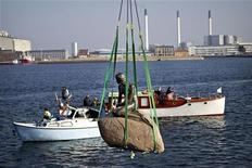<p>Статую Русалочки поднимают в порту Копенгагена 25 марта 2010 года. Почти 100 лет знаменитая Русалочка сидела на скале в порту Копенгагена, но сейчас она отправилась в Китай. REUTERS/Scanpix/Nils Meilvang</p>