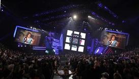 <p>Un mensaje grabado por la primera dama de Estados Unidos, Michelle Obama, es transmitido en la entrega de los premios de Nickelodeon Kids' Choice Awards, en Los Angeles. Mar 27 2010. La cadena de televisión Nickelodeon entregó los premios Kids' Choice, elegidos con los votos de sus jóvenes espectadores. REUTERS/Mario Anzuoni</p>