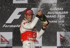 <p>Piloto da McLaren Jenson Button comemora depois de vencer o Grande Prêmio da Austrália em Melbourne. O campeonato teve rodadas e emoções suficientes para calar os que exigiam novas regras para tornar a Fórmula 1 mais atraente, depois da tediosa prova de abertura da temporada no Barein. 28/03/2010 REUTERS/Scott Wensley</p>
