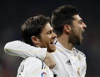 <p>Xabi Alonso do Real Madrid (esq.) comemora gol contra o Atletico Madrid com seu colega Raul Albiol em jogo da liga espanhola. O Real Madrid voltou a passar o Barcelona na liderança na vitória de 3 x 2 de virada neste domingo. 28/03/2010 REUTERS/Andrea Comas</p>