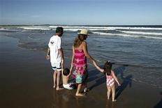 <p>A family enjoys the beach of Jose Ignacio, Uruguay, January 16, 2007. REUTERS/Andres Stapff</p>