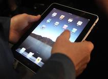 """<p>Imagen de archivo del nuevo computador de Apple """"iPad"""", durante su lanzamiento en San Francisco. Enero 27 2010. Después de meses de rumores, conjeturas y secretos, Apple somterá finalmente su computadora de pantalla táctil iPad a la prueba que realmente importa: la del público comprador. REUTERS/Kimberly White/ARCHIVO</p>"""