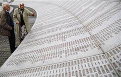 <p>Боснийские мусульмане стоят у мемориала жертвам массовых убийств в Сребренице 1995 года у села Потокари 26 октября 2009 года. Сербский парламент принял резолюцию, в которой извинился за массовое убийство боснийских мусульман в 1995 году REUTERS/Dado Ruvic</p>