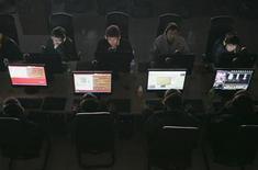 <p>Foto de archivo de unos usuarios en un café de internet en Taiyuan, China, mar 10 2010. El Club de Corresponsales Extranjeros de China dijo el viernes que cerró su sitio web luego de una serie de ataques de hackers, días después de que se descubrieron acciones contra cuentas de correo en Yahoo de algunos periodistas extranjeros que cubren ese país. REUTERS/Stringer</p>