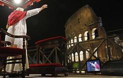 <p>Papa Benedetto XVI ieri alla Via Crucis al Colosseo. REUTERS/Max Rossi</p>