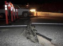 <p>Сотрудник дорожной полиции стоит рядом с поврежденным участком автомагистрали на границе мексиканского штата Калифорния и США, 5 апреля 2010 года. Землетрясение силой 7,2 балла по шкале Рихтера произошло на границе мексиканского штата Калифорния и США, повредив автомагистраль и напугав местных жителей. REUTERS/Jorge Duenes</p>