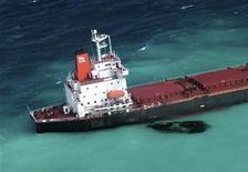 <p>Carburante fuoriesce dal cargo cinese Shen Neng I arenato su una secca in prossimità della Grande barriera corallina al largo dell'Australia, 70 chilometri a est di Great Keppel Island. REUTERS/Maritime Safety Queensland/Handout</p>