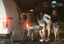 <p>Prostitute per strada contrattano una prestazione. REUTERS/Maurizio Belli</p>
