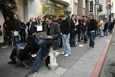 """<p>Miles de personas hacen fila para comprar el nuevo computador de Apple """"iPad"""", en la tienda de Apple en San Francisco. Abr 3 2010. Los analistas de Wall Street se unieron el lunes a la multitud al describir al lanzamiento del iPad de Apple Inc como """"sólido como una roca"""", y algunos estimaron que se venderán 5 millones de unidades de la computadora portátil en los primeros 12 meses. REUTERS/Robert Galbraith</p>"""