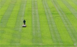 """<p>Рабочий подрезает газон на стадионе """"Маракана"""" в Рио-де-Жанейро 4 января 2000 года. Выступающие в чемпионате Испании футболисты могут устроить забастовку в середине апреля в связи с задержками заработной платы, сообщил Союз футболистов Испании (AFE). GN/JP</p>"""