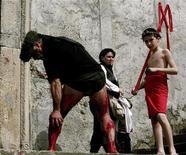 <p>Penitente a Nocera per il sabato santo, foto d'archivio. REUTERS/Loris Savino</p>