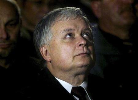 Archivaufnahme des am 10. April 2010 bei einem Flugzeugabsturz getöteten polnischen Präsidenten Lech Kaczynski in der Stanislaw- Kostka-Kirche am 19. Oktober 2005 in Warschau. REUTERS/Katarina Stoltz/Files