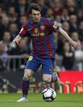 <p>Lionel Messi do Barcelona controla jogada contra o Real Madrid durante partida do Campeonato Espanhol no estádio de Madri. Cristiano Ronaldo, do Real Madrid, foi novamente superado por Messi na batalha pelo prêmio de jogador do ano no clássico de sábado. 10/04/2010 REUTERS/Paul Hanna</p>