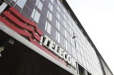 <p>Telecom Italia a revu à la baisse son objectif à moyen terme de croissance du chiffre d'affaires et dit prévoir des réductions de coûts plus importantes afin de réduire son endettement, qui atteint 34 milliards d'euros. /Photo d'archives/REUTERS/Stefano Rellandini</p>