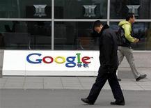 <p>Il logo di Google nella sede di Pechino. REUTERS/David Gray</p>