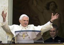 <p>Папа Римский Бенедикт XVI во время воскресной молитвы в резиденции Кастель-Гандольфо к югу от Рима 11 апреля 2010 года. Папа Римский Бенедикт XVI номинирован на премию в области классической музыки Classical Brit Awards. REUTERS/Osservatore Romano</p>