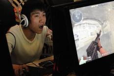 """<p>Imagen de archivo de un """"gamer"""" jugando online en un cibercafé, en Taiyuan. Ene 23 2010. Corea del Sur planea interrumpir el acceso a juegos online a la medianoche para los niños en edad escolar y permitirá a los padres poner límites en las horas de juego para atajar los problemas de adicción a jugar en internet. REUTERS/Stringer/ARCHIVO</p>"""