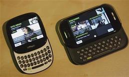 """<p>Microsoft a présenté lundi soir les """"Kin"""", deux nouveaux téléphones multimédias d'entrée de gamme destinés aux jeunes consommateurs et aux utilisateurs des réseaux communautaires sur internet. /Photo prise le 12 avril 2010/REUTERS/Robert Galbraith</p>"""