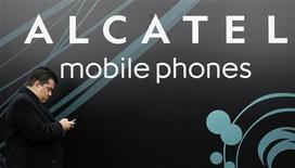 <p>L'équipementier télécoms Alcatel-Lucent a dévoilé une nouvelle plate-forme de publicité mobile afin de concurrencer Google, Apple et Orange dans un secteur en phase de décollage. /Photo d'archives/REUTERS/Albert Gea</p>