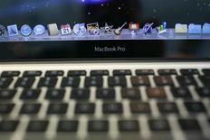 <p>Apple a mis à jour ses ordinateurs portables haut de gamme MacBook Pro, les dotant de processeurs plus rapides, de cartes graphiques plus puissantes et d'une autonomie améliorée. /Photo d'archives/REUTERS/Robert Galbraith</p>