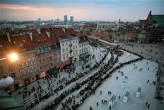 <p>Polacchi in coda per entrare nel palazzo presidenziale di Varsavia per rendere omaggio al defunto presidente Kaczynski. REUTERS/Albert Zawada/Agencja Gazeta (POLAND - Tags: POLITICS DISASTER TRANSPORT OBITUARY)</p>