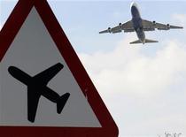 <p>Самолет пролетает над аэропортом Хитроу в Лондоне, 15 апреля 2010 года. Практически парализованное из-за извержения вулкана авиасообщение в Европе может остановиться на ближайшие двое суток, заблокировав сотни тысяч пассажиров и вызвав сокращение коммерческих авиаперевозок во всем мире на четверть. REUTERS/Toby Melville</p>