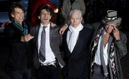 """<p>Музыканты группы Rolling Stones на премьере фильма-концерта """"Да будет свет"""" в Лондоне 2 апреля 2008 года. Rolling Stones выпустят ранее неизвестную песню """"Plundered My Soul"""" в виде лимитированного винилового сингла в честь Дня независимых музыкальных магазинов (Record Store Day) в субботу. REUTERS/Kieran Doherty</p>"""