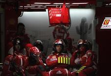<p>A Ferrari deixa a Ásia rezando para voltar às pistas secas depois que seus carros mais uma vez ficaram fora do pódio sob a chuva do Grande Prêmio da China deste domingo. REUTERS/Pool/How Hwee Young</p>
