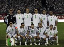 <p>Сборная Алжира позирует для фотографов перед началом квалификационного матча ЧМ-2010 против Руанды в Блиде 11 октября 2009 года. Сборная Алжира по футболу сменит свой равнинный тренировочный лагерь в Италии на горные районы Швейцарии, чтобы лучше подготовиться к чемпионату мира в ЮАР, сообщила Федерация футбола Алжира в понедельник. REUTERS/Louafi Larbi</p>