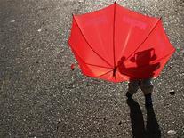 <p>L'ombra di bambino proiettata su un ombrello. REUTERS/Ilya Naymushin (RUSSIA SOCIETY IMAGES OF THE DAY)</p>