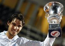 <p>Rafael Nadal recuperou a sua velha forma e venceu o compatriota David Ferrer por 7-5 e 6-2 neste domingo em uma partida prejudicada pela chuva. Com o resultado, o espanhol conquistou o seu quinto título do Aberto de Roma em seis anos. REUTERS/Alessandro Bianchi (ITALY - Tags: SPORT TENNIS)</p>