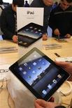 <p>Apple annonce avoir vendu un million d'iPad au cours des 28 premiers jours de la commercialisation de cette tablette tactile se situant à mi-chemin entre le smartphone et l'ordinateur portable. /Photo prise le 3 avril 2010/REUTERS/Jessica Rinaldi</p>