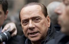 <p>Silvio Berlusconi accerchiato dai giornalisti davanti palazzo Grazioli, foto d'archivio REUTERS/Max Rossi</p>