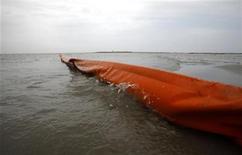 <p>Barreras flotantes se observan en la isla Breton, Luisiana, mientras el derrame de petróleo del pozo Deepwater Horizon continúa extendiéndose en el Golfo de México, mayo 3 2010. REUTERS/Carlos Barria (UNITED STATES)</p>