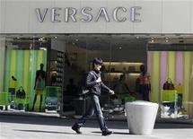 <p>A pedestrian walks past a Versace store in Beijing March 17, 2010 file photo. REUTERS/Jason Lee</p>