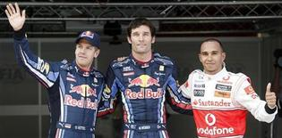 <p>Mark Webber di Red Bull (al centro) primo per la pole di domani al Gran Premio spagnolo di Formula 1 affiancato dal compagno di scuderia Sebastian Vettel e da Lewis Hamilton, della McLaren. REUTERS/Albert Gea</p>