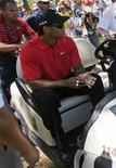 <p>Tiger Woods deixa competição emPonte Vedra. A má fase de Tiger Woods continuou neste domingo quando uma dor muito forte no pescoço fez o jogador abandonar o torneio Players após jogar seis buracos na sua rodada final.09/05/2010.REUTERS/Hans Deryk</p>
